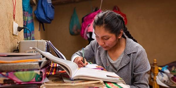 niñas estudiando desde casa
