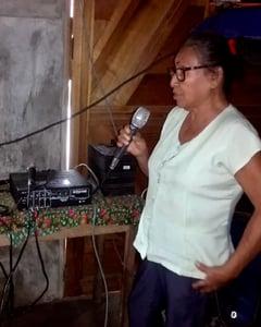 Punchana-AltoParlantes-Mujer-Microfono