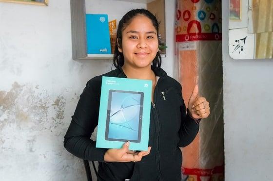 Ussiel, de 18 años, recibió una tablet con internet para continuar sus clases