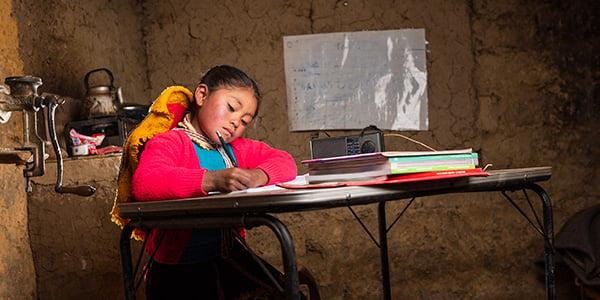 niñas que estudian desde casa