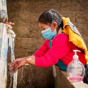 niña-lavandose-manos-jabon-cusco
